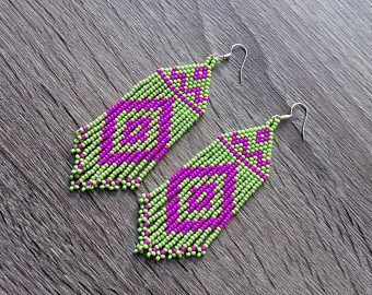 Beaded Indiaanse oorbellen geïnspireerd. Lime groen paars oorbellen. Cadeau voor haar. Kralen