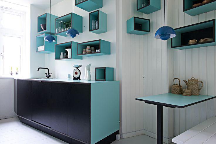 Køkken i sort MDF med søgrøn laminat #indretning #interior #furniture #design #snedkeri #handmade #kitchen #spiseplads #karstenk #rum4 www.rum4.dk