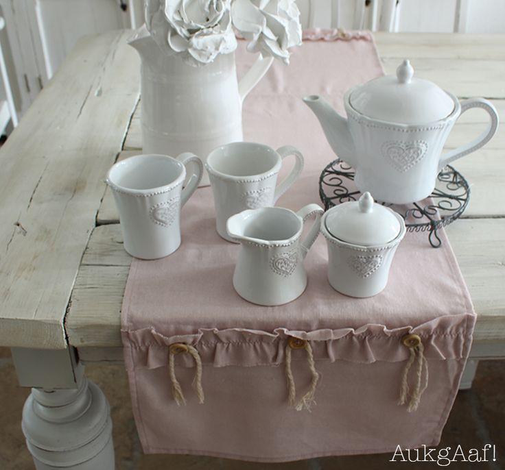 Wit servies met hart van Clayre en Eef! http://aukgaaf.com/nl/lifestyle-woonaccessoires-landelijk-wonen-brocante-accessoires/woonaccessoires-lifestyle-landelijke-accessoires-brocante/servies.html