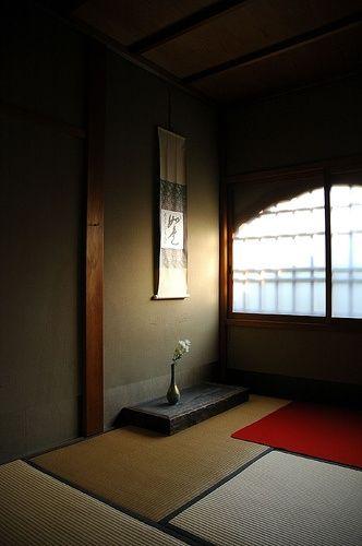 茶室 Chashitsu (Tea room) : 掛け物 Kakemono (hanging scroll) and 茶花 Chabana (flower arrangement for tea ceremony) in Tokonoma 床の間 (alcove in a reception room).