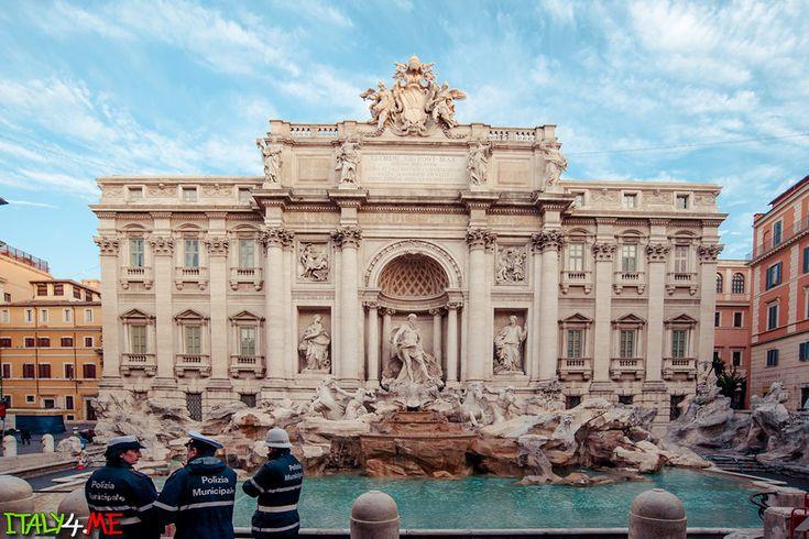 Фонтан де треви в Риме на рассвете и полицейские