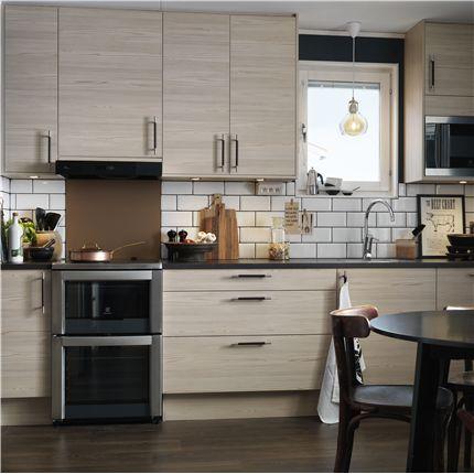 Marbodal Kök - Malevik är en färdigmonterad köksserie med liggande eller stående trästruktur på luckor och skåpstommar med färganpassad framkant. Läs mer hos Byggkatalogen!