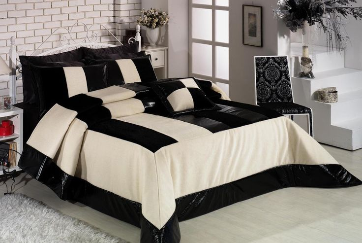 Yatak odanıza çok yakışacak bu yatak örtüsü modeli ile istediğiniz gibi bir yatak odasına sahip olabilirsiniz. Üzerindeki siyah şeritlerle dikkat çeken bu yatak örtüsü modeli her daim favoriniz olacak. Her kadının hayran kalacağı bir şıklığa sahip olan bu yatak örtüsü modeli ile sen de yatak odana farklılık katabilirsin.