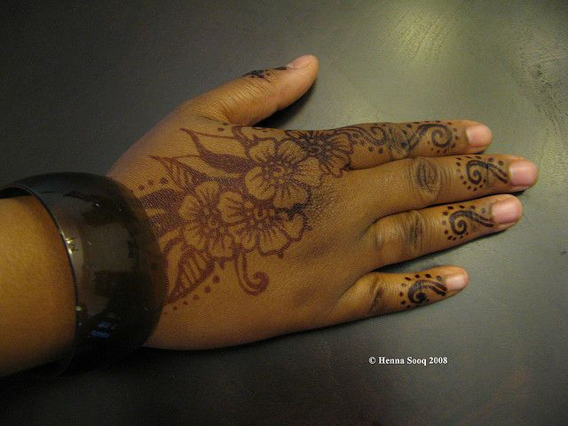 Henna Tattoo Designs Black: Henna-Tattoo-on-Black-Skin.jpg (640×480)