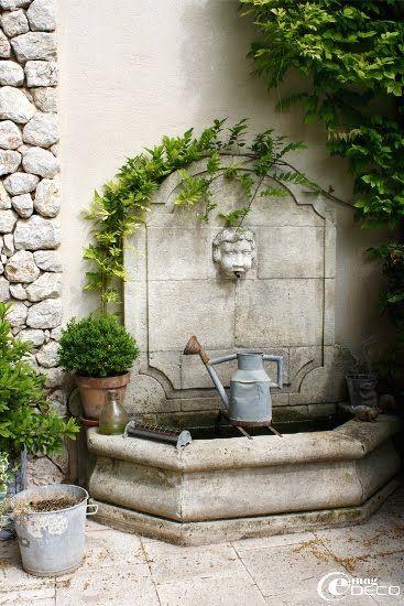 Fontaine adossée avec petit bassin en pierre
