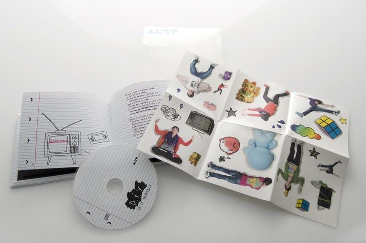 """Diseño de packaging discográfico. Incluye pegatinas para que cada uno pueda personalizar la portada a su gusto. Tiene una estética alternativa, con ilustraciones y textos hechos a mano para seguir la coherencia de """"do it yourself""""."""
