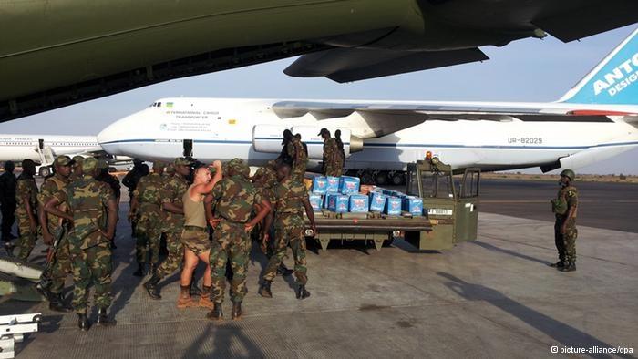 Soldiers unloading a German Transall in Bamako  Photo: Bundeswehr / handout dpa