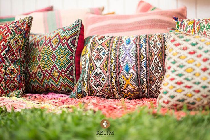 Hermosos cojínes Kelim Vintage Otomano confeccionado a mano por mujeres de la cultura Beréber utilizando alfombras marroquíes antiguas. Los cojines Otomano se caracterizan por sus bellos bordados, los cuales transformarán las atmósferas de tu hogar a través de colores y diseños que se combinan armónicamente con espacios arquitectónicos contemporáneos. La belleza artesanal y rústica de los tapices otorga el contrapunto perfecto a objetos modernos y antiguos.