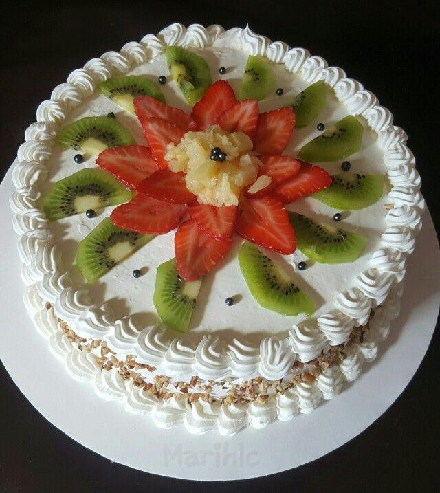 Pastel de tres leches decorado con fruta.