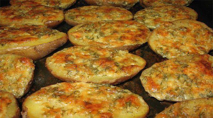 Cartofi copți în unt cu gust de usturoi- o masă nu doar hrănitoare dar și sănătoasă datorită produselor naturale. Vă oferim aceastăreteță simplă și apetisantăde cartofi delicioși gătiți la cuptor! Ingrediente: 5-6 cartofi; 3-4 ciuperci; 100 g unt; 1 lingură de smântână; 70 g cașcaval; 3 căței de usturoi; 1 linguriță cimbru uscat; sare, piper. Mod de preparare: Spălați cartofii. Fierbeți-i cu coajă în apă în care ați adăugat puțină sare. Cât se fierb cartofii, faceți untul cu gust de…