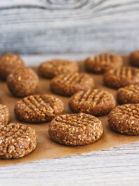 Necesitarás cinco ingredientes y cero minutos en el horno para preparar sanas galletas de manteca de cacahuete.