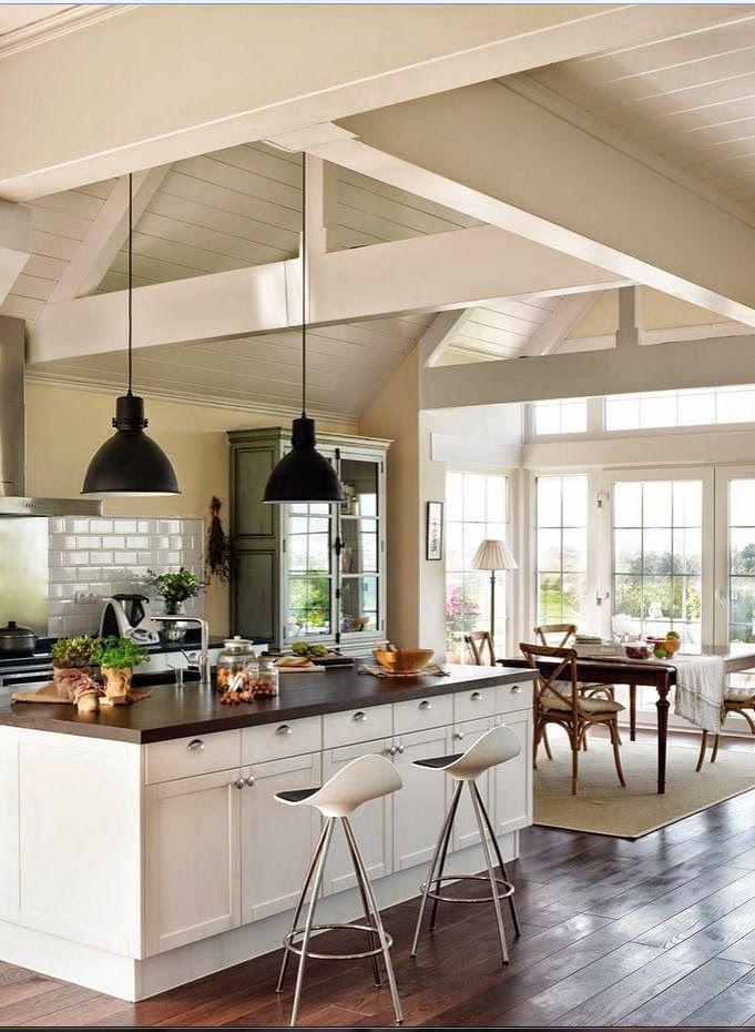 Amplia cocina con isla central y comedor diario integrado for Isla de cocina con mesa