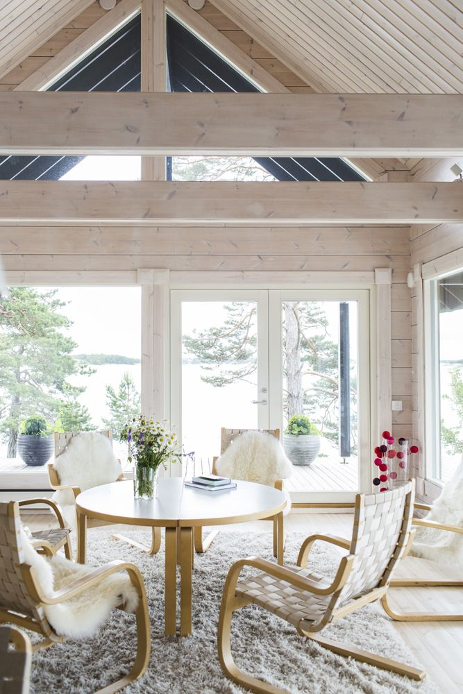 High ceilings, light-coloured walls and tall windows make the most of the natural daylight. Honka Saari collection.