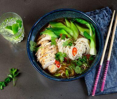 Ramen är en japansk soppa som innehåller en speciell typ av nudlar som klarar buljongens värme utan att bli svampiga. Det finns massor av olika typer av ramensoppor och de kan innehålla kött, kyckling eller vara vego. Här är ett fantastiskt recept på ramen med kyckling.