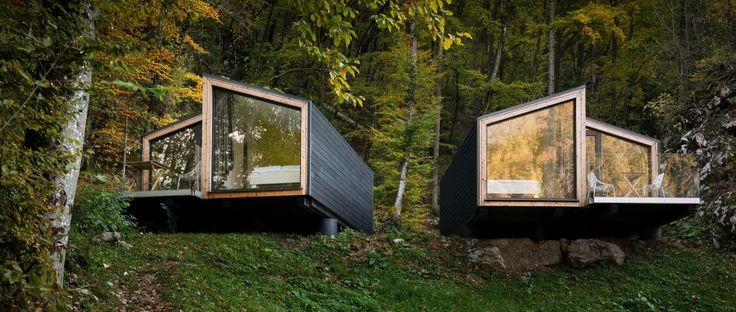 Objekti se nahajajo v kampu Bled, v neposredni bližini Blejskega jezera. Investitorji so želeli nadgraditi obstoječo ponudbo v t.i. glamping slogu. Pri oblikovanju so se avtorji naslonili na značilno dvokapnico in upoštevali klimatske značilnosti lokacije ter obliko terena. Posamezna nizkoenergetska enota je sestavljena iz dveh zrcalnih volumnov z leseno konstrukcijo, ki jo ščitita macesnova fasada …