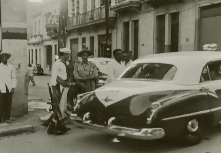 Policia Nacional custodiando el periodico HOY contra ataques anti-comunistas en 1950