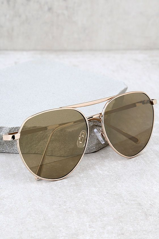 The True Gem Gold Mirrored Aviator Sunglasses are all you need for a classic look! Shiny gold frames shape this stylish aviators with mirrored lenses.