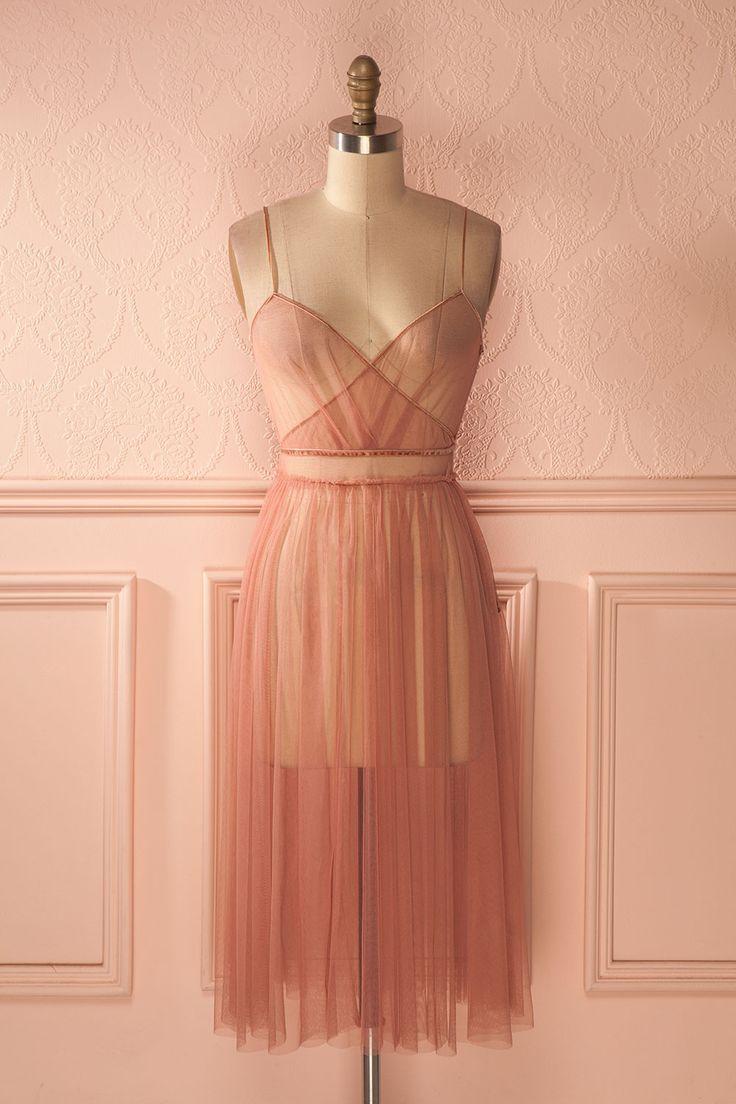 L'humeur de la nymphe était si légère qu'elle aurait pu s'envoler dans un éclat de rire.  The nymph's mood was so light she could have flown away in a bout of laughter. Lyéa Quartz - Dusty pink tulle dress www.1861.ca