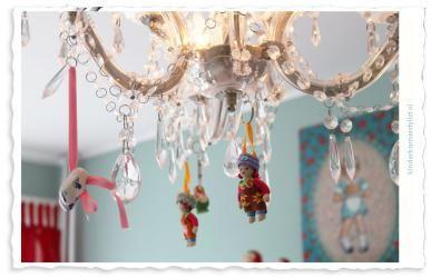 Kinderkamer-meisje-4.jpg, leuke decoratie aan oude kroonluchter, van kinderkamerstylist.nl
