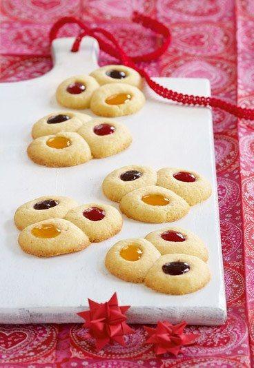 Für 30 Plätzchen mit Marmelade brauchen Sie: - 350 g Mehl - 250 g weiche Butter - 200 g Zucker - 1 großes Ei - 1 Packung Vanille-Back - 2 EL rote Marmelade (Himbeere) - 2 EL orangene Marmelade (Aprikose) - 2 EL dunkle Marmelade (Brombeere) - 1 TL Salz