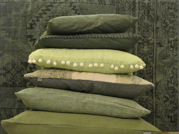 Groene kussens met op de achtergrond een groen tapijt #VIACANNELLAWOONWINKEL  #CUIJK #kussens #