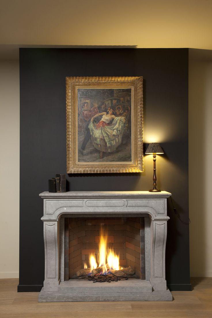 Klassieke gashaard in sierschouw (Belgische blauwe hardsteen, gezandstraald) Classic gas fireplace in decorative chimney (Belgian bluestone, sandblasted)