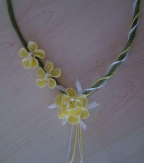 Sarı çiçekli iğne oyası bayan takı modeli