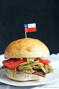 Este sandwich chileno está dentro de la lista de los clásicos de las fuentes de soda en Chile, son esos típicos sandwich que como buenos chilenos añoramos cuando estamos lejos de la patria. Hoy lestraigo la receta como yo lo pedía en una fuente de soda en Valparaíso. Lo más genial de ...