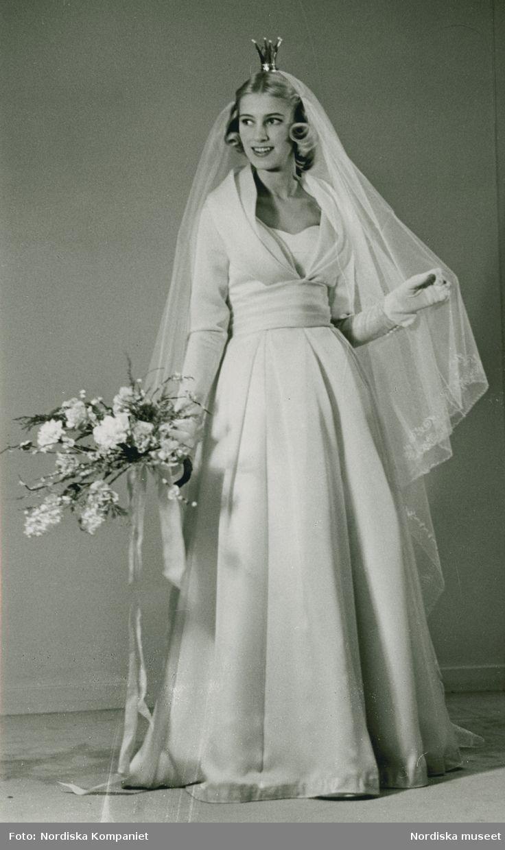 Brud och Hem, 1957. Brud i brudklänning, handskar, slöja, krona och bukett. Foto: Erik Holmén för Nordiska Kompaniet