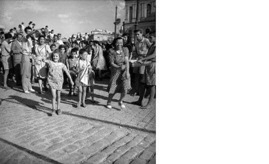 εβραϊκής καταγωγής ορφανά παιδιά.Αναχώρουν  για την Παλαιστίνη με το πλοίο IMPIRE PETROL._Πειραιάς, 21 Δεκεμβρίου 1945_Φωτ.Βούλα Παπαϊωάννου