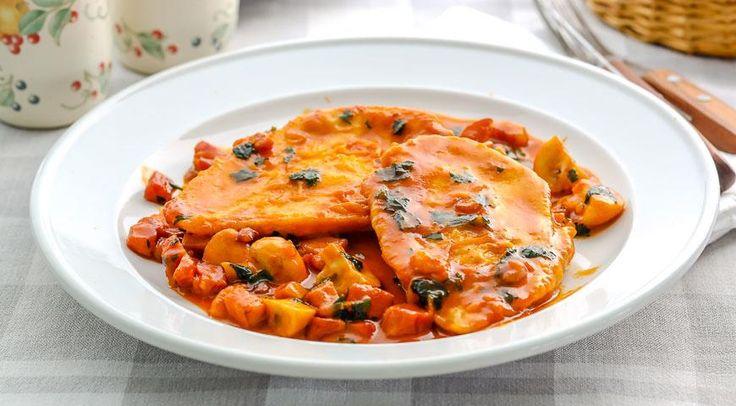 Отбивные из куриного филе в винно-грибном соусе, ссылка на рецепт - https://recase.org/otbivnye-iz-kurinogo-file-v-vinno-gribnom-souse/  #Птица #блюдо #кухня #пища #рецепты #кулинария #еда #блюда #food #cook