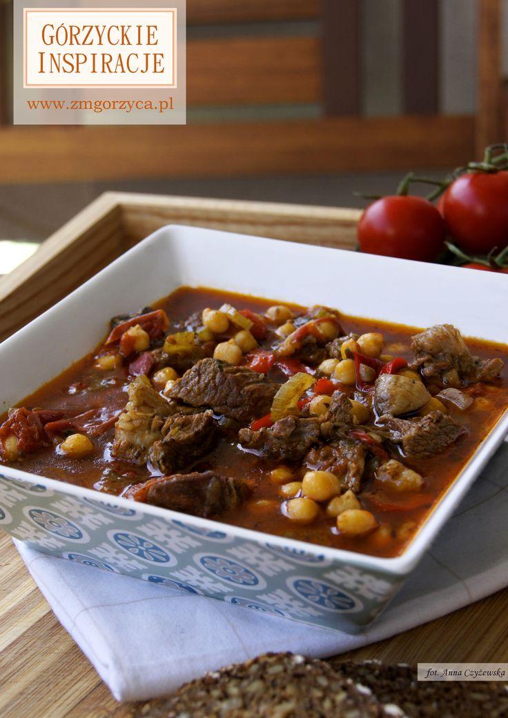 Duszony karczek wołowy z ciecierzycą, pomidorami i papryką.