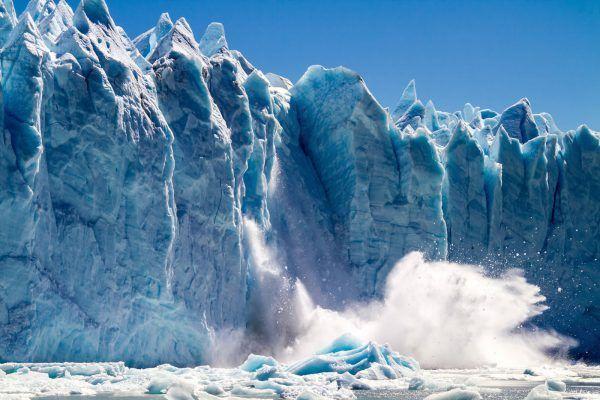 No passeio ao Perito Moreno, veja fenômenos únicos como o estalar do degelo.