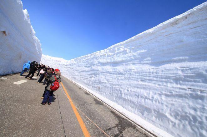 O famoso trecho que é coberto pela neve pode ser atravessado de carro, ônibus ou a pé, como fazem os centenas de turistas que caminham pelos curtos, mas encantadores 500 metros do percurso