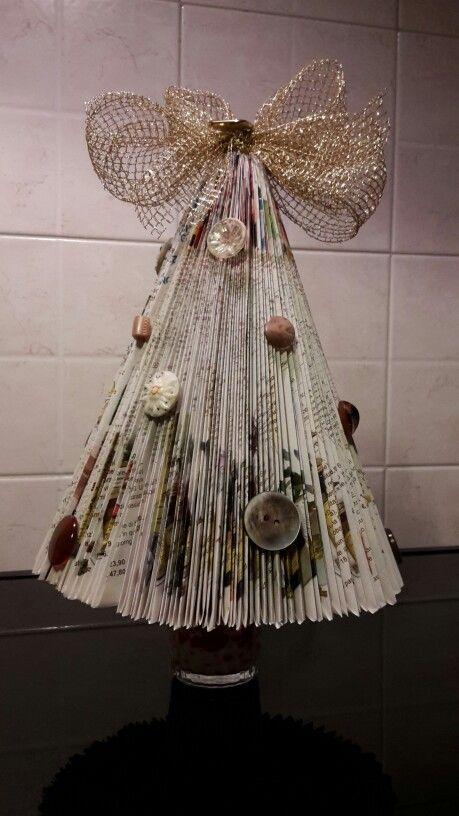 Albero  di Natale realizzato con vecchio catalogo e bottoni 2015