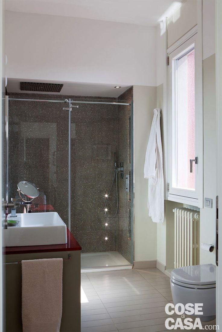 mensole curve ikea : Nel bagno il box doccia in muratura, chiuso da un pannello trasparente ...