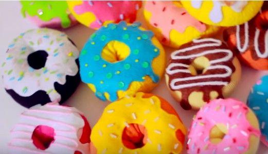 Taglia un vecchio calzino e lo riempie con dell'imbottitura per cuscini. Poi con del feltro realizza l'effetto della glassa di zucchero. Una volta realizzata la ciambella, può essere usata come porta spilli, antistress, profumino per gli armadi, come gioco per il cane oppure unita con la colla a caldo ad altre ciambelle, può diventare un bellissimo cuscino!   Fonte Video: https://www.youtube.com/channel/UC_FNd7A9b0adbxmpuzIm5ZA