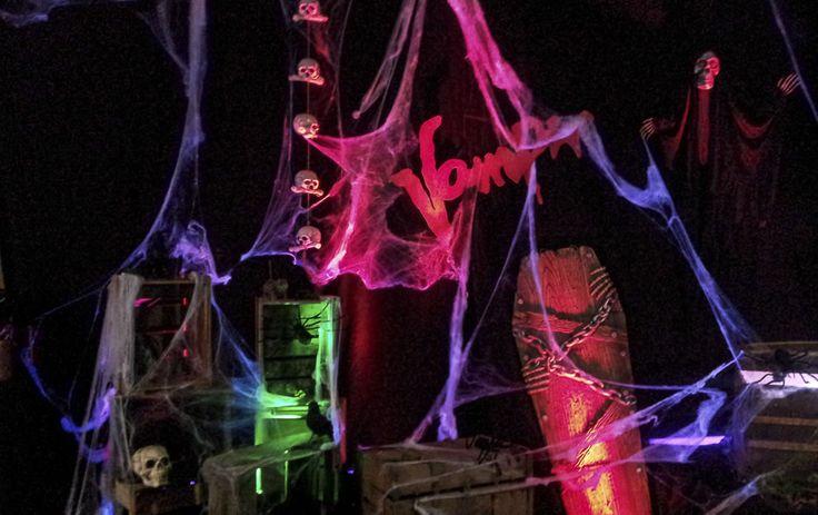 Entrez dans le monde ténébreux d'halloween : Dans l'obscurité vous êtes accueillis par un personnage effrayant qui joue avec un fouet, puis vous passez sous les jambes d'un loup garou et au bout d'un tunnel lugubre rempli de chauves-souris et d'araignées une momie s'y tient ! Click !! La photo souvenir est prise !
