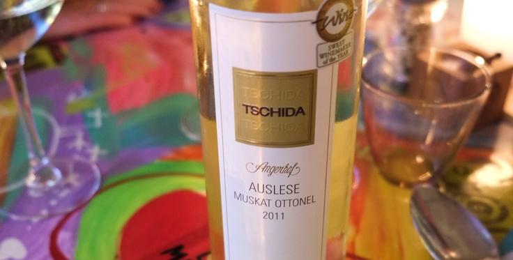Dessertvinen var fra Hans Tschidas vingård i Østrig. En årgang 2011 og på Muscat-Ottonel druen. Der var en helt særlig balance mellem syre og sødme i den vin. Der var friske og aromatiske toner. Det gjorde, at den var helt perfekt til desserten, især til rabarberne og den hvide chokolade.