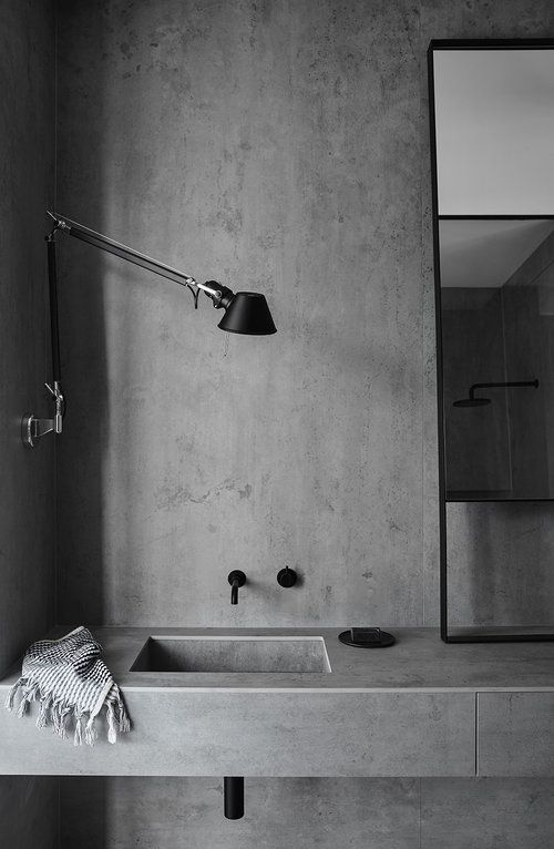 concrete bathroom fugenlos grau schreibtischleuchte im bad