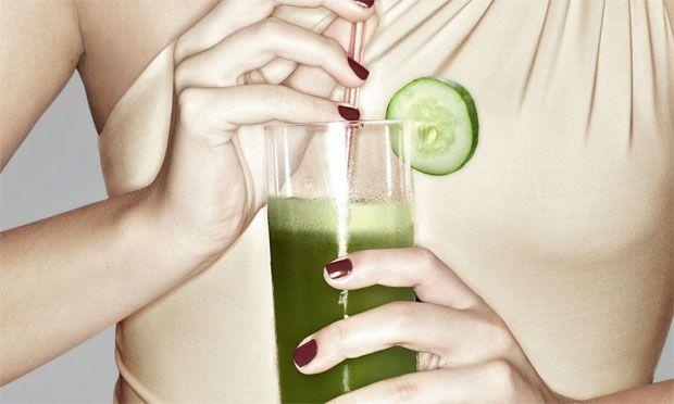 O suco verde desintoxica e desinflama o organismo. Tem o poder de melhorar o pique e a digestão, além de deixar a pele mais bonita. Se combinar o suco com um cardápio equilibrado, você ainda emagrece!