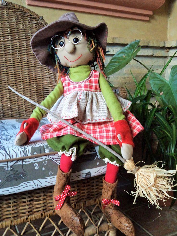 Bruja country , hecha con lino, lana y piel sintética.