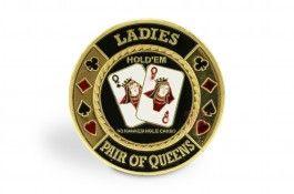 """Card Guard Pair of Queen - Pokeo.fr  - Protège-cartes """"Pair of Queen"""" en laiton peint à la main, représentant une pocket paire de dames."""