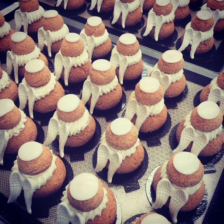 """Commande spéciale d'Aurore pour son anniversaire... Sa thématique """"Soirée Blanche""""  Une cinquantaine de religieuses se sont habillées pour l'occasion  Direction Rouen !   #soireeblanche #cchoux #choux #rouen #caen #instafood #religieuses #anges #ailes #pastry #patisserie"""