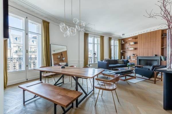 Holz und Leder im lichtdurchfluteten Raum! Das hat nicht nur über den Dächer von Paris Stil 👜🍸
