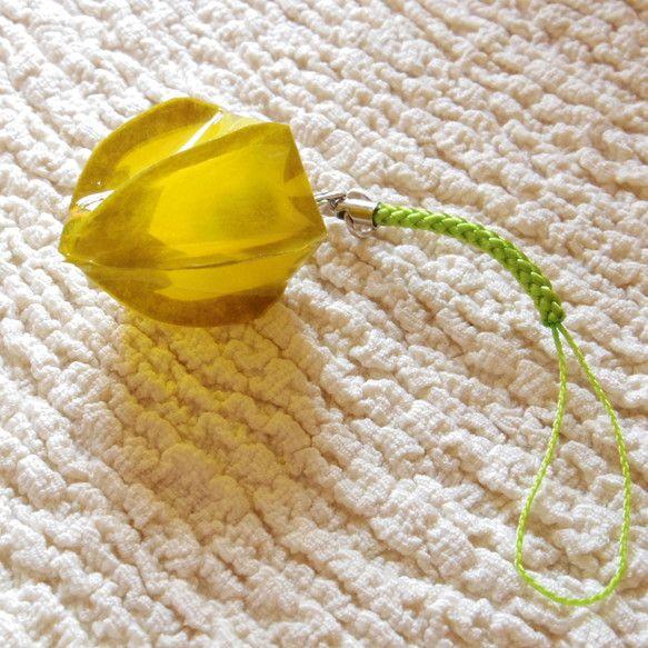 和紙とレジンで作った鬼灯です。5枚目にあるように、黄緑糸の実が入っています。黄緑の根付に、カニカンでつけました。金具接合部はソフトレジンだと弱いのでハードレジ...|ハンドメイド、手作り、手仕事品の通販・販売・購入ならCreema。