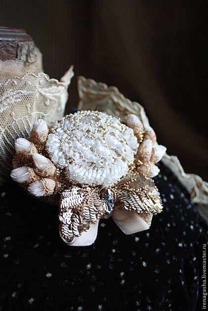 Брошь В14024 - белый,золотой,брошь,розы,ручная вышивка,ирена гаша,сваровски