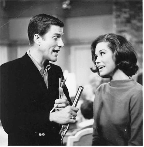 Rob & Laura Petrie as played by Mary Tyler Moore & Dick Van Dyke.  (via dickvandykeshow)