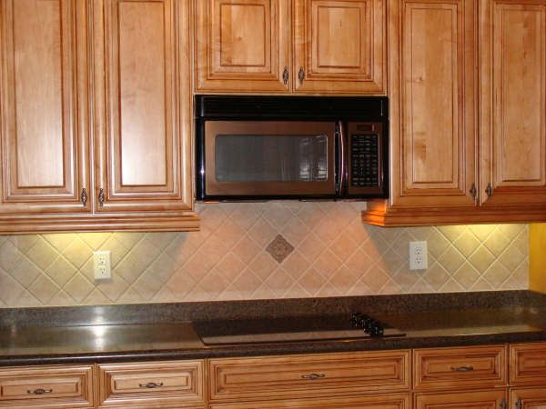Kitchen backsplash ideas ceramic tile kitchen backsplash for Kitchen designs with glass tile backsplash