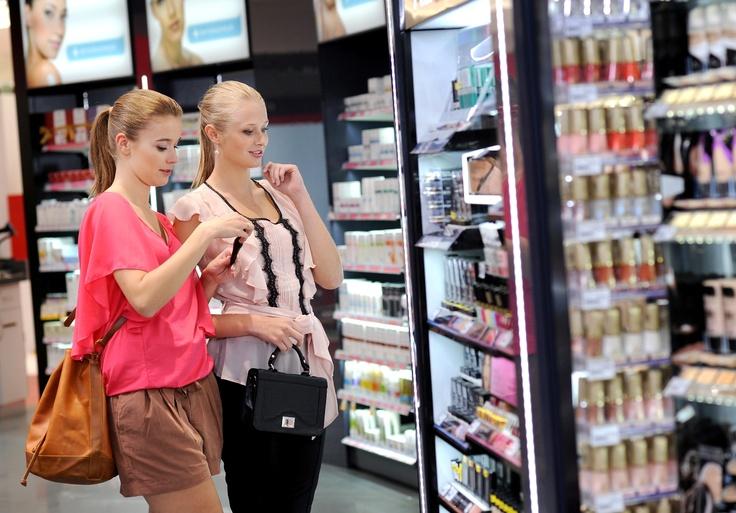 W sklepach Rossmanna każda z kobiet znajdzie coś dla siebie. W sklepie w Manufakturze do wyboru jest ponad 16.000 produktów.